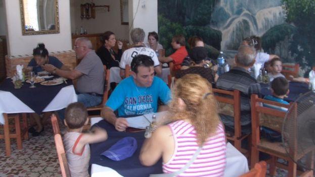 Clientes de El Mesón, paladar en Pinar del Río. (14ymedio)