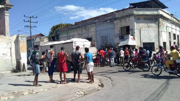Clientes protestan por el decomiso de productos a cuentapropistas en Santiago de Cuba. (14ymedio)