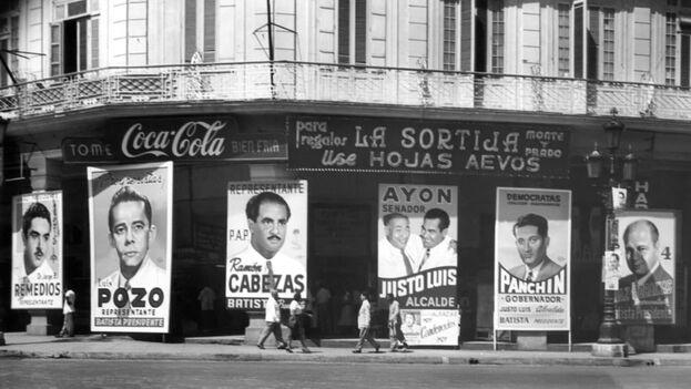 Coca-Cola se anuncia en el Paseo del Prado durante la campaña para las elecciones generales y presidenciales de noviembre de 1954. (EFE)