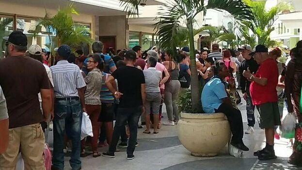 Cola para comprar aceite de comer en Camagüey, tienda el Encanto. (Inalkis Rodríguez)