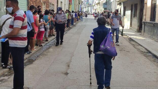 Cola en Centro Habana para comprar detergente en polvo. (14ymedio)