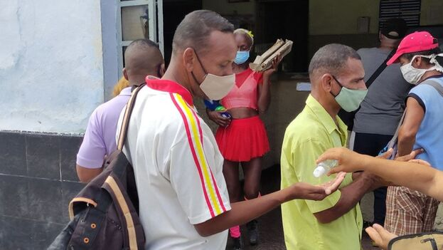 Cola para una panetela (gaceñiga) en la Funeraria de Zanja y Belascoaín en La Habana este lunes, una de las pocas ofertas estatales con harina. (14ymedio)