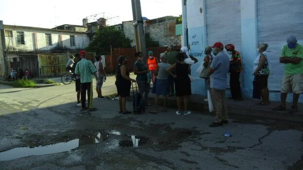 Cola en La Habana, a primera hora de la mañana de este miércoles, para comprar yogur de soya. (14ymedio)
