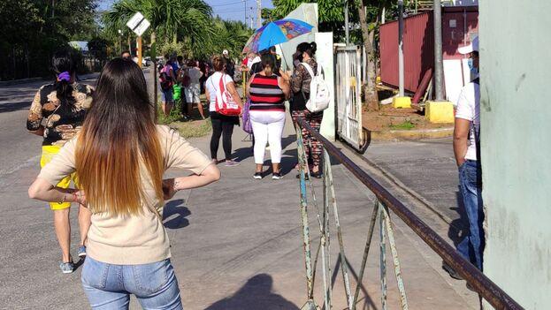 Cola este lunes a las afueras de la tienda en MLC de las calles Boyeros y Camagüey, en La Habana. (14ymedio)