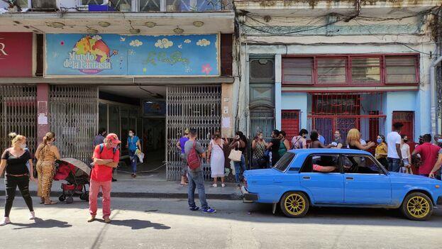 Cola a las puertas de la juguetería Mundo de la Fantasía, en Centro Habana, este miércoles. (14ymedio)