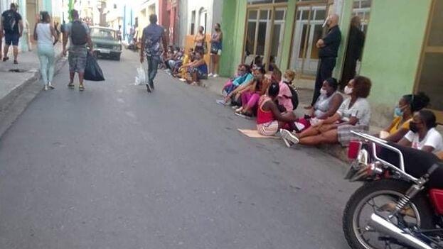 Cola ante la tienda La Reina en Santiago de Cuba, donde hubo gente que pernoctó para comprar productos de aseo. (Facebook)