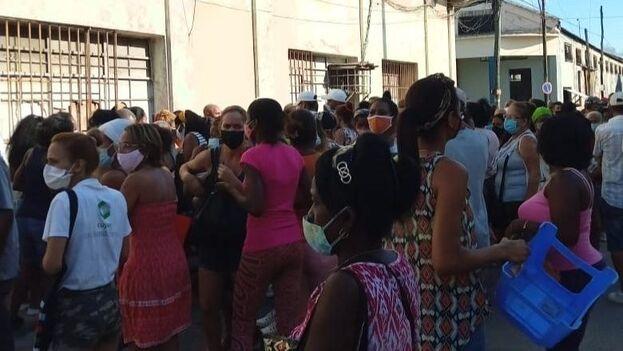 Cola para comprar pollo en Concha y Luyanó, en La Habana. (14ymedio)