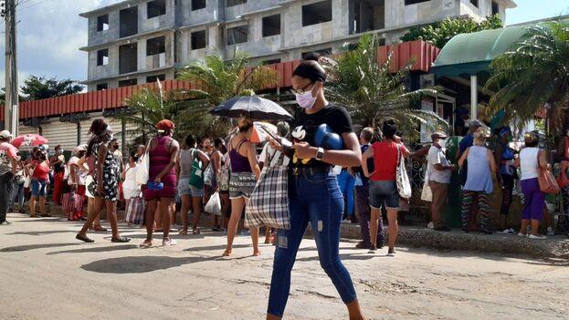 Cola para comprar picadillo en La Lisa, La Habana. (14ymedio)