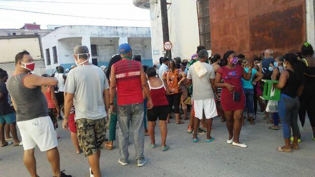 Cola para comprar pollo en Luyanó, La Habana. (14ymedio)