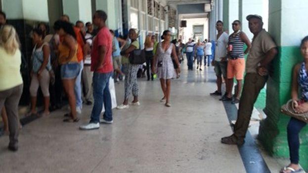 Colas en las afueras del Banco Metropolitano de la Calle Galiano en La Habana. (14ymedio)