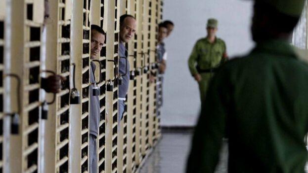 Un guardia en una garita de la prisión Combinado del Este, en La Habana, Cuba, durante una visita realizada por la prensa nacional y extranjera acreditada en la isla. (EFE)