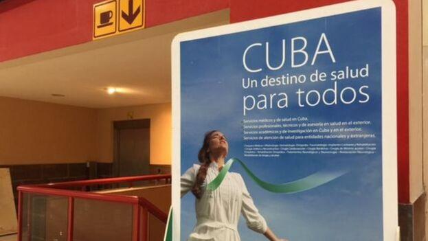 Los carteles de la Comercializadora de Servicios Médicos, destinados a los turistas, inundan las paredes del Aeropuerto Internacional José Martí, de La Habana. (14ymedio)
