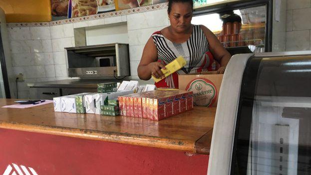 Comercio estatal en la calle Línea, en La Habana, con una oferta de cigarros nacionales. (14ymedio)