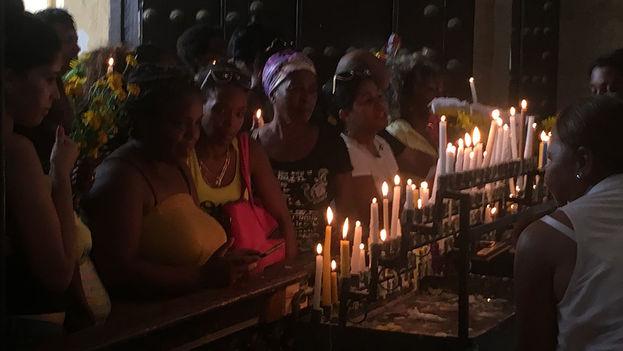 Conseguir las velas para la Virgen de la Caridad del Cobre ha sido especialmente difícil este año debido a la alta demanda del producto ante la cercanía del huracán Irma. (14ymedio)