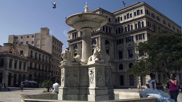 El Consulado General de España en Cuba suspendió temporalmente las solicitudes de pasaportes tras confirmar un caso positivo por covid-19 entre los trabajadores de la sede diplomática en La Lonja del Comercio. (14ymedio)