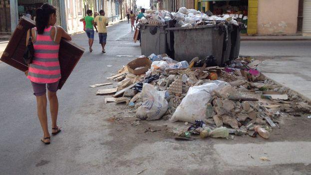 Contenedores a rebosar de basura en la calle Jovellar en Centro Habana, a pocos metros del emblemático Vedado. (14ymedio)