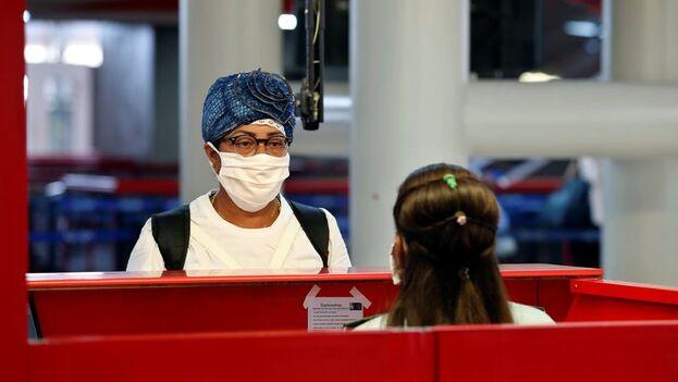 Control migratorio en el aeropuerto Internacional José Martí de La Habana. (EFE/Ernesto Mastrascusa/Archivo)