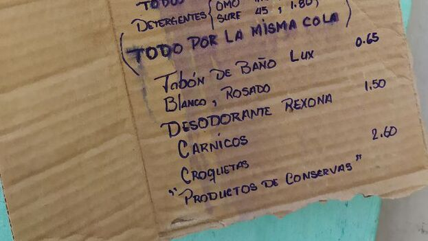 """""""Todo por la misma cola"""", a las puertas de la tienda conocida como """"La Mía"""", en Zanja y Belascoaín, en La Habana. (14ymedio)"""
