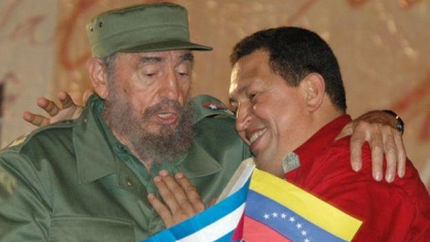 El expresidente cubano Fidel Castro y el difunto presidente venezolano Hugo Chávez, firmantes del Convenio de Cooperación Cuba Venezuela en el año 2000. (Embajada de Cuba en Venezuela)