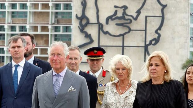 El príncipe Carlos de Inglaterra, su esposa Camila, duquesa de Cornualles, y la viceministra cubana de Relaciones Exteriores, Ana Teresita González este domingo. (EFE/ Ernesto Mastrascusa)