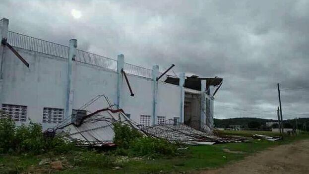 El techo del estadio de Corralillo en Villa Clara se desplomó por el azote de Laura. (CMHW La Reina Radial del Centro/Facebook)