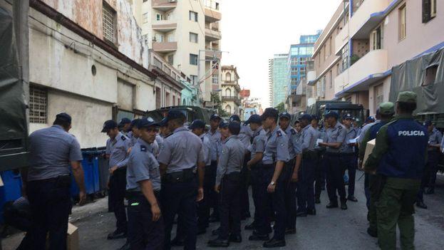 Las fuerzas de seguridad cortaron en muchos sitios el acceso al Malecón durante buena parte del trayecto. (14ymedio)