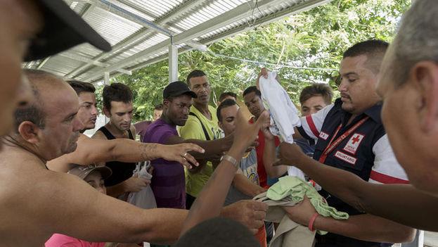 Cruz Roja atiende a los cubanos que permanecen en la frontera desde el fin de semana pasado. (La Nación)