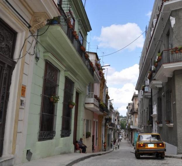 En la calle Cuarteles, de apenas tres cuadras y situada muy cerca de la bahía, algunos solares tienen más de 400 años y se hallan totalmente en ruinas. (Wikimapia)