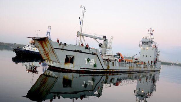 El donativo venezolano llegó a Cuba tras una travesía de una semana en un barco de la Armada de ese país. (Ricardo López Hevia)