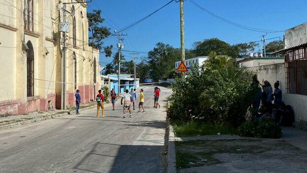 En la calle que está al costado de la iglesia que perdió el campanario los muchachos juegan voleibol y levantan mucho polvo. (14ymedio)