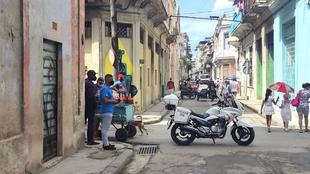 Dos cuadras antes de la calle Cuba y su esquina con Merced, ya comenzaba el cerco con patrullas y motos de la policía que bloqueaban el acceso a los vehículos. (14ymedio)