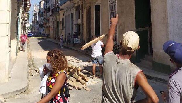 Aunque los sistemas de emergencia acudieron de inmediato al lugar, nada pudieron hacer por la señora atrapada entre los escombros. (14ymedio)