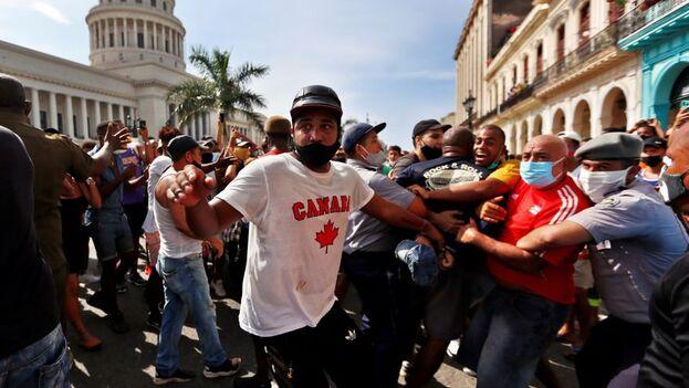 """Los firmantes exhortaron al Gobierno a que respete """"los derechos y libertades del pueblo cubano, garantizados por la ley, sin temor de arresto o detención"""". (EFE)"""