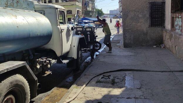 """En Cuba, según datos oficiales, el """"47% de la población recibe agua diariamente o días alternos"""". (14ymedio)"""