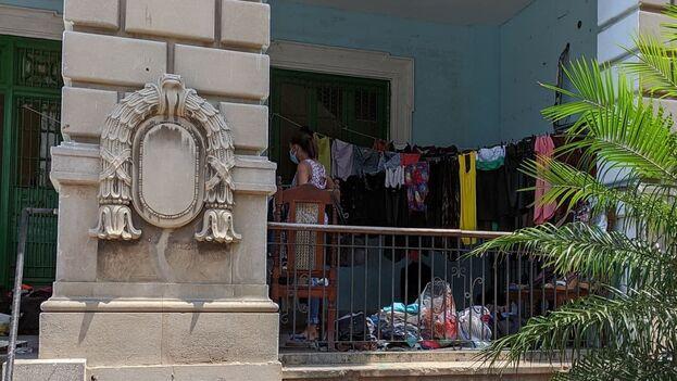 A pocos metros de donde, antes de la llegada de la pandemia a Cuba, había un próspero y glamuroso restaurante, ahora se levantan las perchas con ropa de segunda mano. (14ymedio)