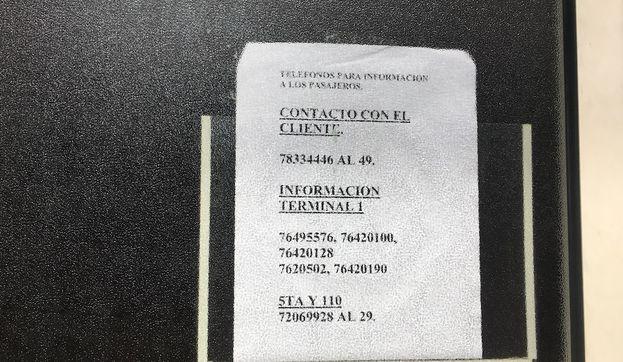 Un aviso con los números telefónicos a los que se puede llamar es lo que encuentran muchos viajeros como respuesta a sus reclamaciones en la agencia de Cubana de Aviación de La Habana. (14ymedio)