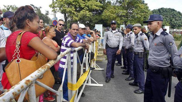 Cubanos acuden por segundo día consecutivo a las afueras de la Embajada de Ecuador en La Habana (Foto EFE)