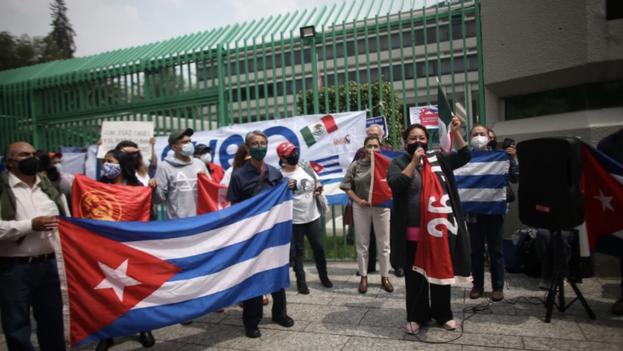 Cubanos radicados en México, a favor y en contra del régimen, chocaron este lunes en sendas manifestaciones a las puertas del consulado de Cuba en la capital mexicana. (EFE/Sáshenka Gutiérrez)