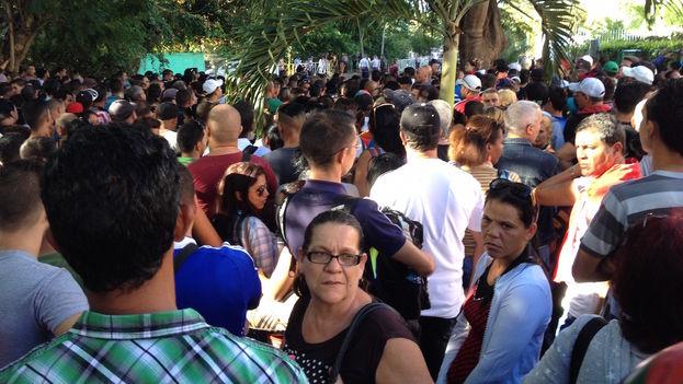 20 Cubanos en embajada de Ecuador. (Luz Escobar)