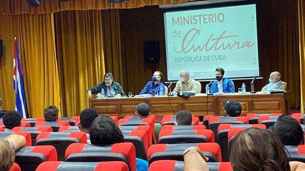 El ministro de Cultura, Alpidio Alonso, admitió que el encuentro se llevaba a cabo a raíz de las protestas del pasado 27 de noviembre. (Cubadebate)