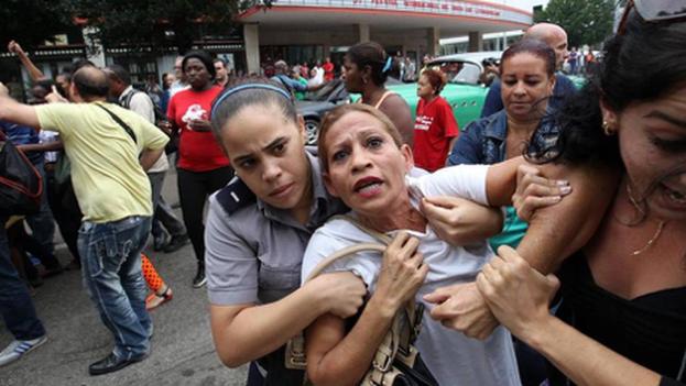Una Dama de Blanco es reprimida durante el 10 de diciembre de 2015, día de los derechos humanos (Foto EFE).