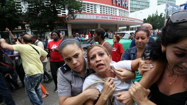 Una Dama de Blanco es detenida durante una manifestación. (Archivo EFE)