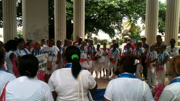 Damas de Blanco reunidas este domingo en el parque Gandhi (Foto Ángel Moya)