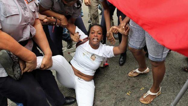 Una integrante de la Damas de Blanco es detenida por la policía este jueves 10 de diciembre de 2015, en La Habana. (Foto EFE)