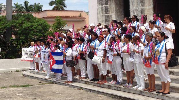A las 11:30am de este domingo, 14 de junio, las Damas de Blanco se congregaron frente a la iglesia de Santa Rita, en la 5ta Avenida de La Habana