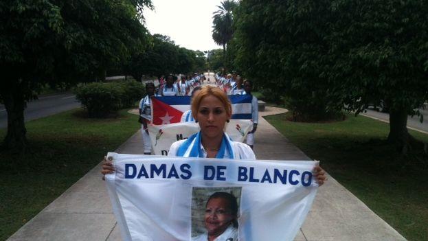 Damas de Blanco hace su tradicional marcha dominical por la Quinta avenida de La Habana (Foto Ángel Moya)