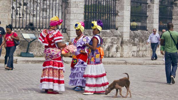 'Damas de compañía' para lograr unos pesos convertibles haciéndose fotos con los turistas extranjeros en el centro histórico de la ciudad