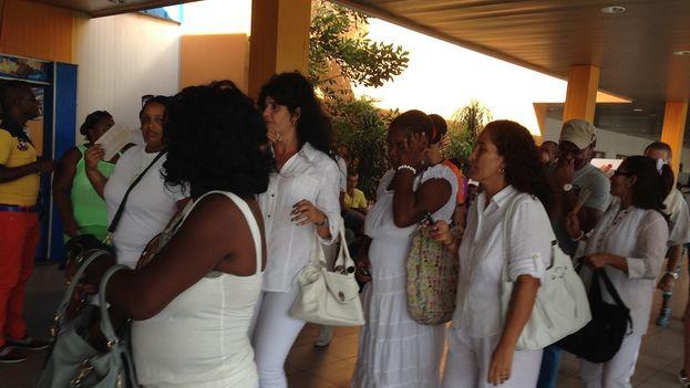 Una delegación de las Damas de Blanco. (14ymedio)