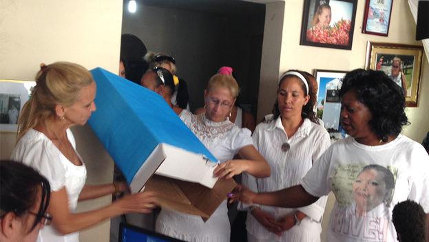 Las Damas de Blanco mostrando la urna vacía antes de comenzar la votación. (14ymedio)