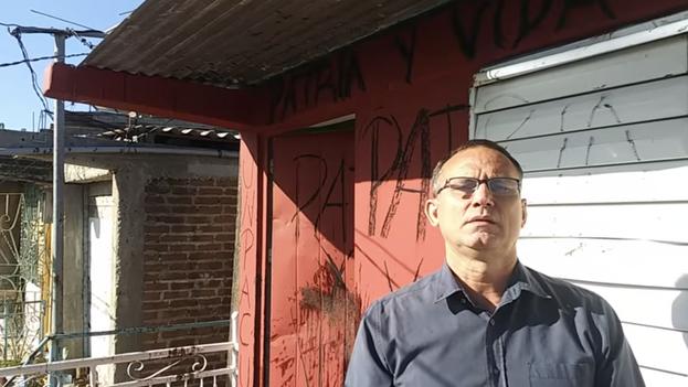José Daniel Ferrer, líder de la Unpacu, ante la puerta de su vivienda, sede también de la organización, en Santiago de Cuba. (Captura)